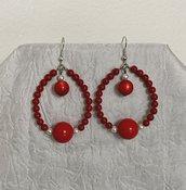 Orecchini pendenti a goccia con perle rosse di diverse dimensioni