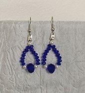 Orecchini a goccia con cristalli blu e perline avorio