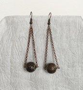 Orecchini pendenti con perla lavorata in acrilico e catenella color bronzo