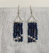 Orecchini pendenti con cristalli blu metallizzati e perline avorio