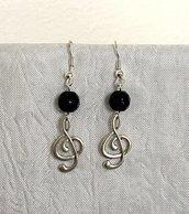 Orecchini con pietra dura nera sfaccettata e pendente a chiave di violino