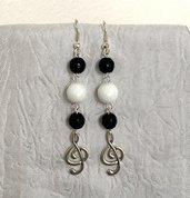 Orecchini con perle in pietra dura bianca e nere e pendente a chiave di violino
