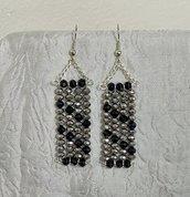Orecchini con cristalli argento metallizzato e neri a mosaico