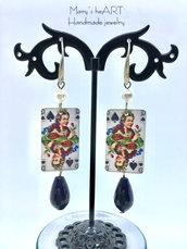 Orecchini Regina di Picche in legno decorato, perle e pietre dure