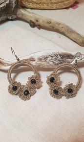 Orecchini cerchio realizzati all'uncinetto (crochet) con cristalli e monachelle in acciaio