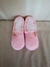 Delicate babbuccie di lana rosa impreziosite con fiocchetto di velluto con all' interno dei fiorellini