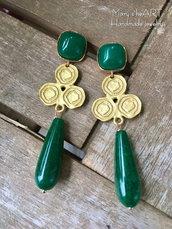 Orecchini pendenti con cristalli, pietre dure verdi ed elementi in zama