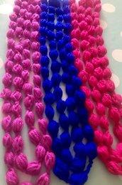 Collana fatte a mano con la lana di colore blu elettrico, ross fucsia e rosa  intenso.