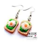 Orecchini Toast con avocado - fetta di pane - guacamole e uovo - idea regalo kawaii vegetariano handmade miniature fake food