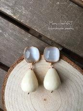 Orecchini pendenti con pietre dure (agate) bianche e perni in ottone e cristallo