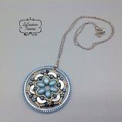 Ciondolo pendente in tessitura di perline su elemento geometrico rotondo, azzurro argento