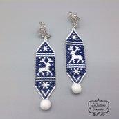 Orecchini pendenti in microtessitura di perline giapponesi, renne, pon pon, bianco blu