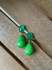 Orecchini pendenti con pietre dure verdi e perni in ottone e cristallo