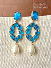 Orecchini pendenti con cristalli azzurri e perle a goccia