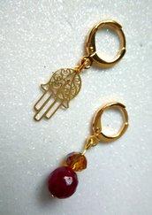 Orecchini a cerchietto corti spaiati oro o argento con pietre dure e charm pendente fatti a mano