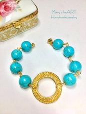 Bracciale realizzato a mano a rosario con perle in pasta di turchese, centrale in zama e filo di ottone