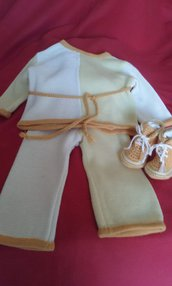Completino bimbi composto da maglia tipo chimono pantalone eseguito a macchina e sc