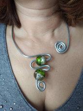 Collana donna aperta, girocollo argento in alluminio martellato e perle di vetro soffiato verde con foglie di argento.