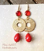 Orecchini pendenti con cristalli rossi ed elementi in zama