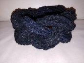 Originale scaldacollo con treccia realizzata a  uncinetto con lana nera e dorata