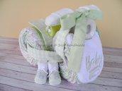 Torta di pannolini, triciclo con biberon, completo culla, bavaglino, body, calzini neonato (verde)