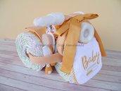 Torta di pannolini, triciclo con biberon, completo culla, bavaglino, tutina e calzini neonato (arancione)