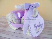 Torta pannolini, triciclo con biberon, completo culla, bavaglino, body e calzini neonato (lilla)