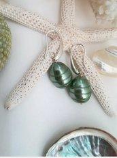 Orecchini perle Maiorca verde scuro goccia ottone