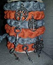 Braccialetti in fettuccia con decorazioni in metallo