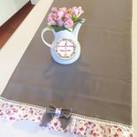 Runner da tavolo shabby chic color tortora con balza a fiori e fiocchi