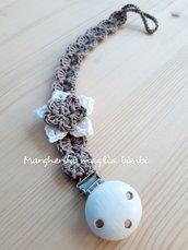 Portaciuccio color tortora con fiore bianco e tortora con clip in legno