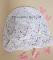 Cappello bambina bianco con perline rosa e fiori traforati
