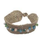 Bracciale tessile a fascia con chiusura a bottoncino in madreperla realizzato all'uncinetto con filato sorrento, perle e cristalli