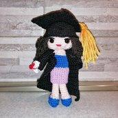 Bambola laureata amigurumi