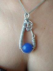 Collana donna lunga, ciondolo a goccia delicato in alluminio argento con pietre naturali agata blu