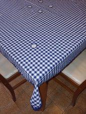 Tovaglietta da cucina e/o da te' realizzata a mano con tessuto di cotone a quadretti bianchi e blu, rifinita ad uncinetto ed impreziosita con graziosi  fiorellini in tinta  realizzati a mano.