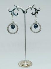 Orecchini in filo di alluminio piatto e perla nera