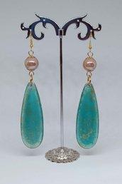 Orecchini pendenti con perle di ceramica e gocce in resina