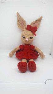 Coniglietta con vestito rosso.