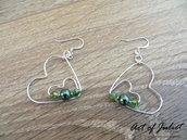 Orecchini wire a forma di cuore in rame argentato, lobo, con monachelle disponibili in vari colori. San Valentino . Verde
