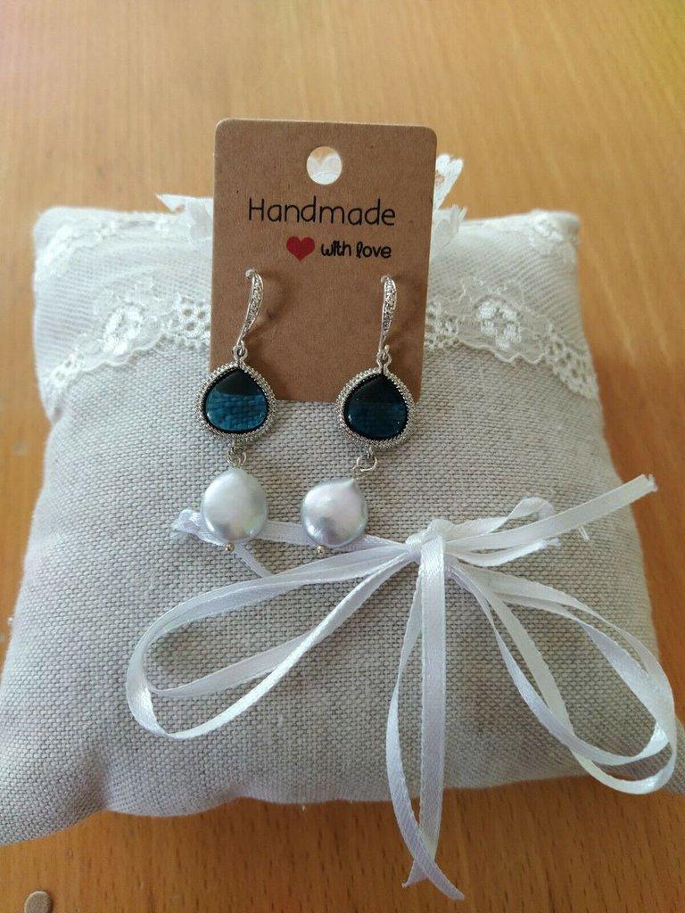 Orecchini con connettore blu e perle coltivate.