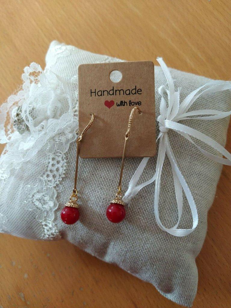 Orecchini pendenti con perlina rossa