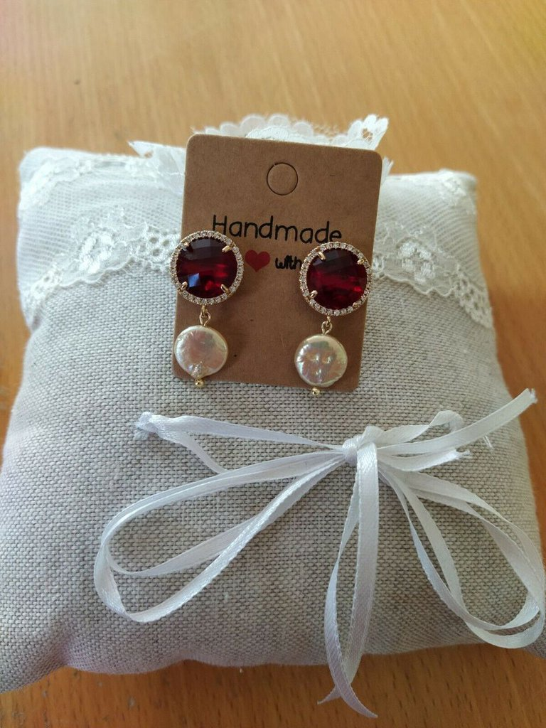 Orecchini con cristallo rosso ,zirconi e perla coltivata
