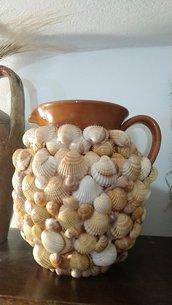 Vaso terracotta con conchiglie