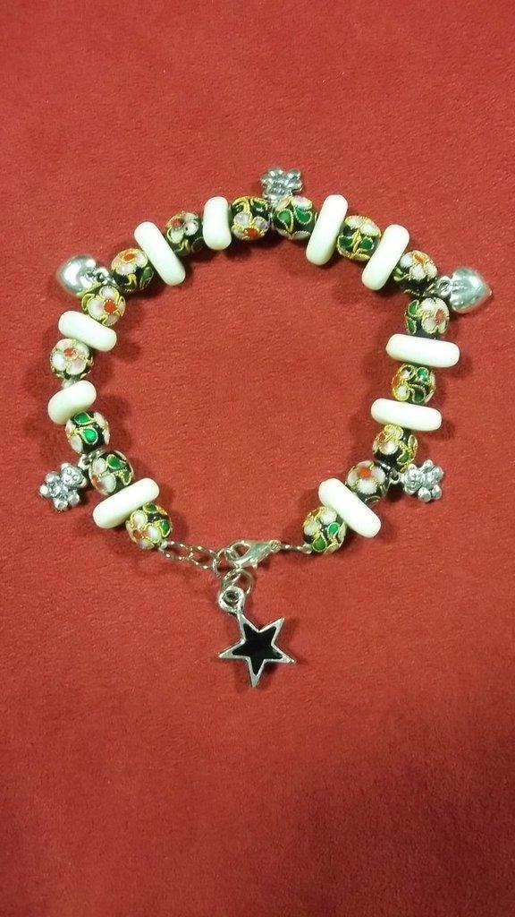 Bracciale di perle cloisonne e charms