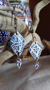 Orecchini in legno effetto ceramica in blu
