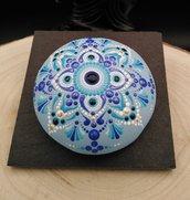 Pietra azzurra in gesso con disegno mandala