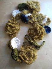 Scaldacollo lana uncinetto, collana lana gioiello, scaldacollo fiori, sciarpa lana uncinetto