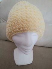 Cappello in lana gialla con grazioso motivo