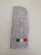 Grazioso portaocchiali cucito interamente a mano con feltro di colore grigio e blu con applicazione di una  bandierina dell'Italia.